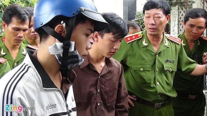 Dương (bìa phải) và Tiến (bìa trái) cầm con dao hung khí tại hiện trường thực nghiệm.
