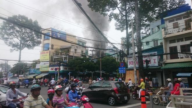 Cua hang dien thoai chay lon sau nhieu tieng no hinh anh 1 Vụ cháy nhìn từ ngã tư Hùng Vương - Lê Hồng Phong. Ảnh: Trường Nguyên.
