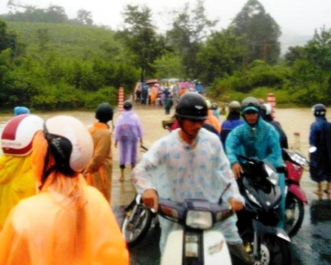 Di tham benh nhan, mot nguoi bi lu cuon troi hinh anh 1 Tuyến quốc lộ 14G qua khu vực Dốc Rùa (xã Ating, huyện Đông Giang, Quảng Nam) thường xuyên bị ngập lụt khi mưa lớn.