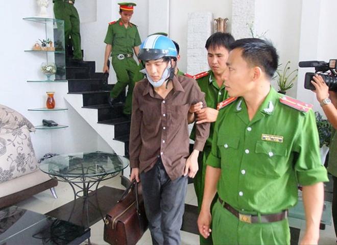 Bị can Dương (bên trái) thực nghiệm cầm túi đồ rời khỏi ngôi nhà sau khi gây án.