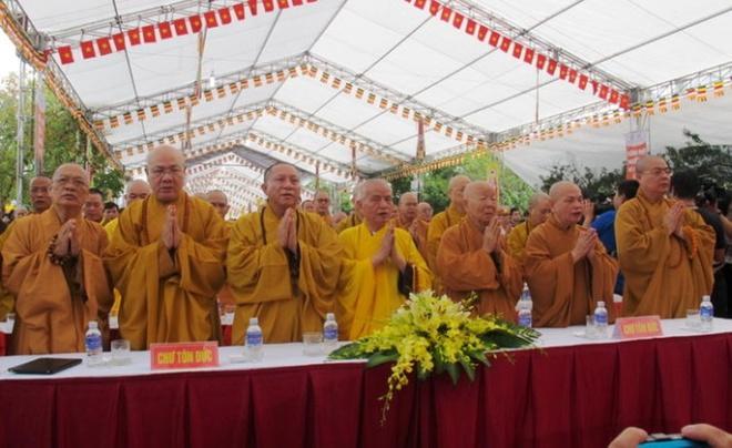Bo truong Thang du le cau sieu nan nhan tai nan giao thong hinh anh 1 Các vị hòa thượng thực hiện nghi lễ tại Đại lễ cầu siêu nạn nhân tử vong do tai nạn giao thông.