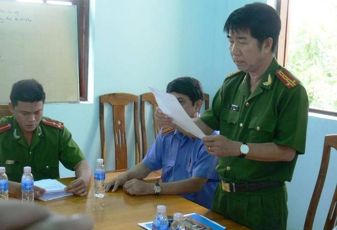 Công an tỉnh Bình Thuận đọc quyết định đình chỉ điều tra đối với ông Huỳnh Văn Nén.