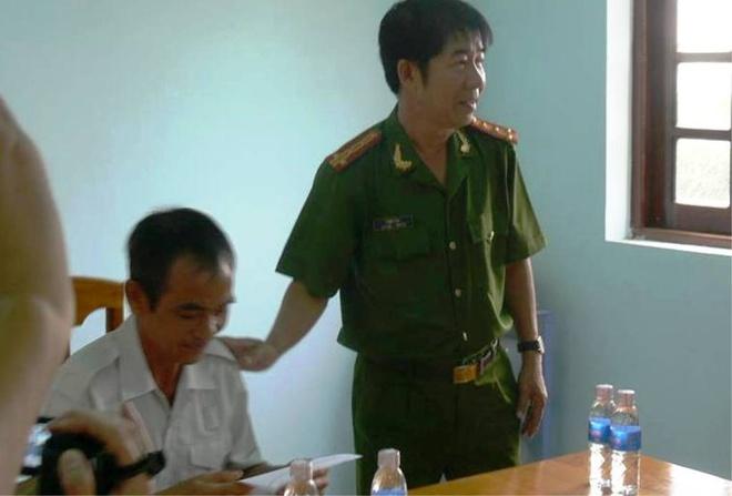 Ông Huỳnh Văn Nén nhận quyết định đình chỉ vụ án.