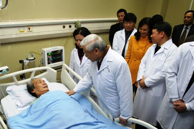 Nha hat Nghe thuat duong dai Viet Nam nhan danh hieu AHLD hinh anh 2 Tổng Bí thư Nguyễn Phú Trọng thăm một bệnh nhân đang điều trị tại BV Hữu Nghị.