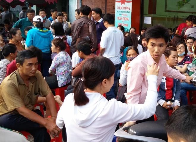 Thuc dem, chen chuc cho mua ve xe Tet Phuong Trang hinh anh