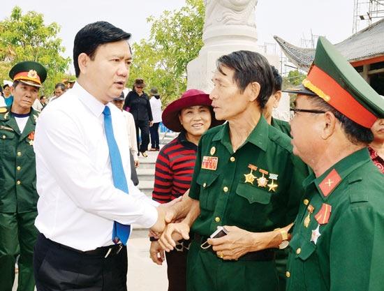 Bi thu Thanh uy TP HCM Dinh La Thang tham Dia dao Cu Chi hinh anh