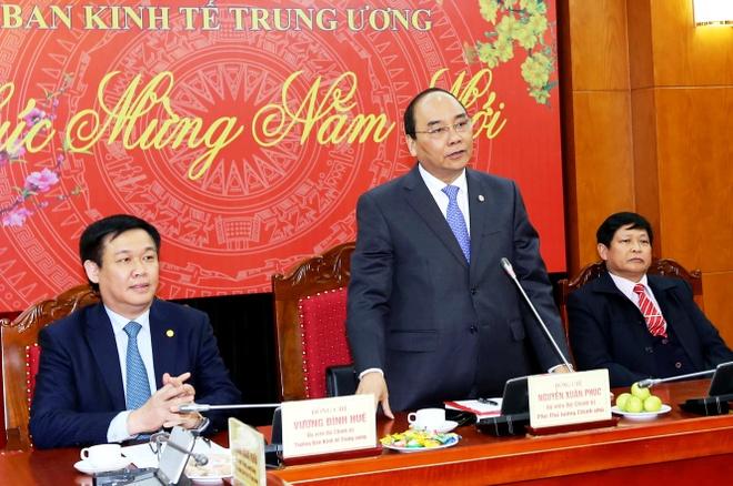 Pho thu tuong Nguyen Xuan Phuc lam viec voi Ban Kinh te T.U hinh anh
