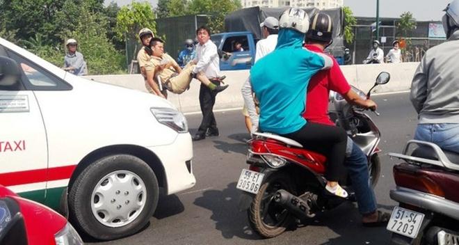 Thanh nien khong co y lai xe tong CSGT gay chan hinh anh 1