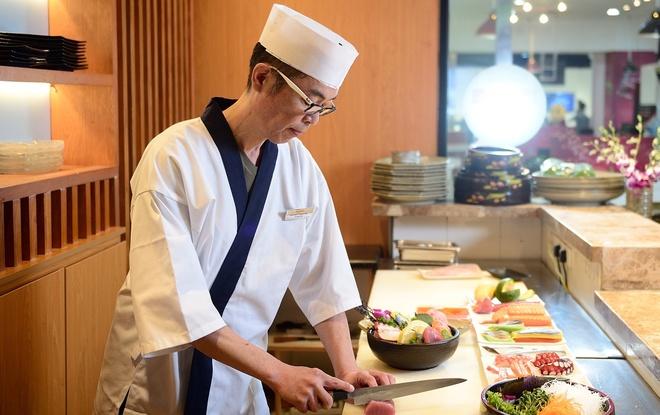 Sushi dang cap cua dau bep Nhat 30 nam kinh nghiem hinh anh
