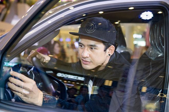 Luong The Thanh di mua sam cuoi tuan mot minh o SC VivoCity hinh anh 3