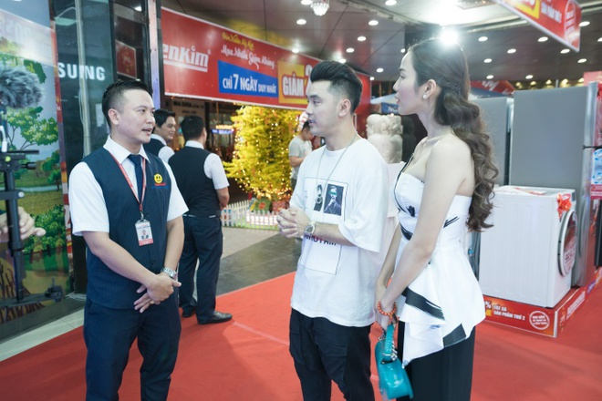 Vo chong ca si Ung Hoang Phuc 'tron con' di sam Tet hinh anh 1