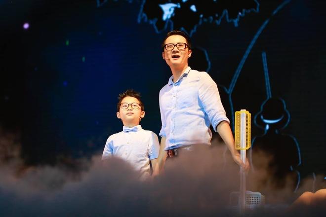 Bé Tê Giác song ca với bố trên sân khấu nhạc kịch
