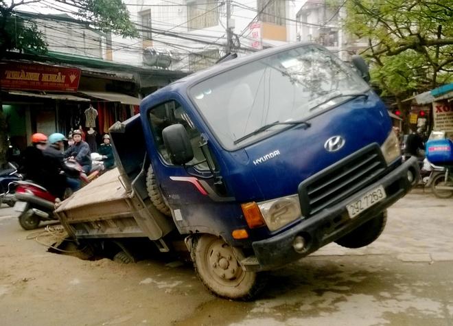 Ho tu than nuot xe tai giua pho Ha Noi hinh anh