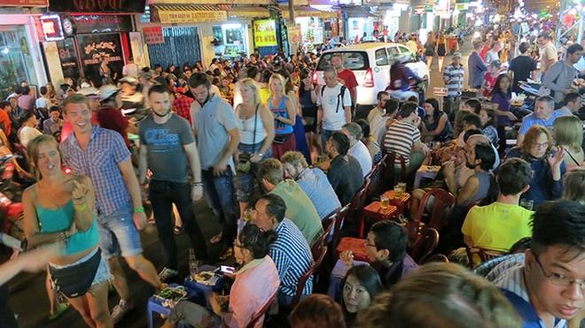 Tranh cai quanh de xuat cam ban ruou bia sau 22h hinh anh 3 Du khách ăn nhậu đêm tại Bùi Việt Q1 (TP HCM).