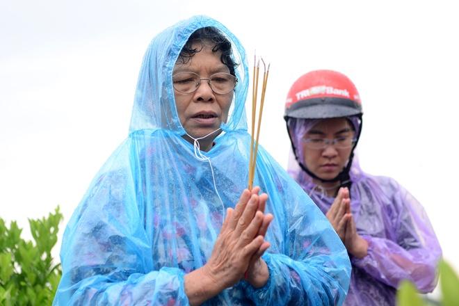 Bo me chi Huyen doi mua thap huong o mo con gai hinh anh