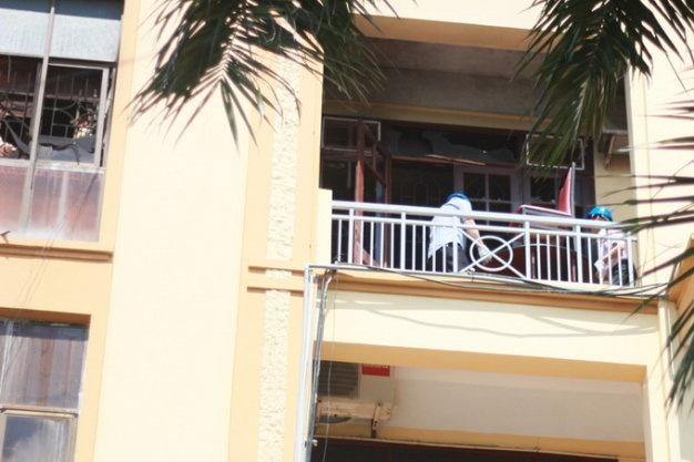 Chay tru so So Tai nguyen Moi truong Hai Phong hinh anh 1 Lực lượng bảo vệ cùng cán bộ Sở Tài Nguyên Môi Trường TP. Hải Phòng tiến hành thu dọn sau khi ngọn lửa được khống chế - Ảnh: Tiến Thắng