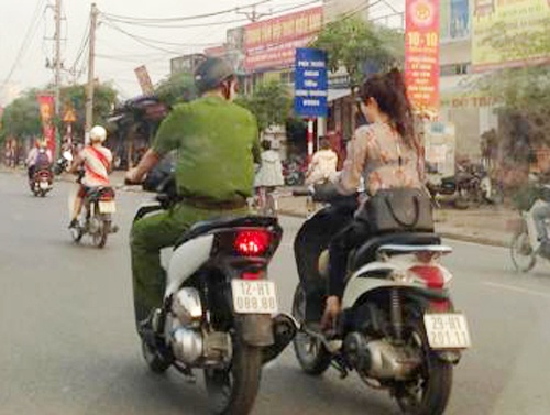Mac canh phuc di SH khong guong canh co gai dau tran hinh anh