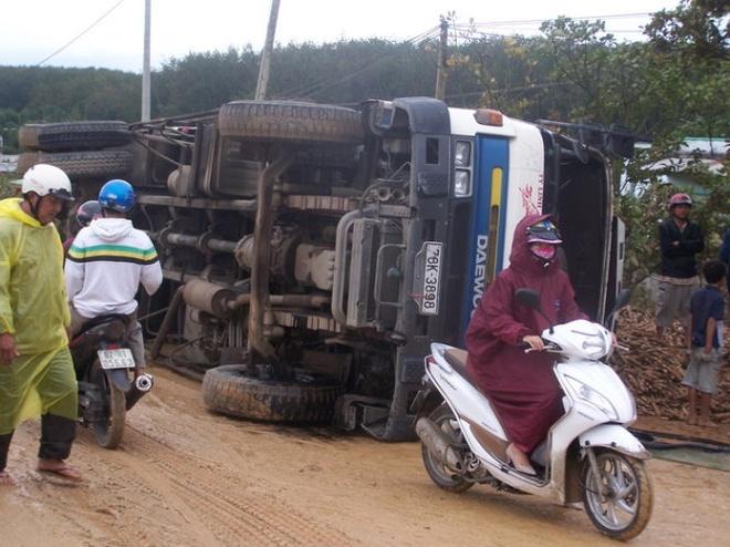 Duong tron, lat xe lien tiep tren duong Ho Chi Minh hinh anh