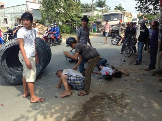 Thep cuon tren xe rot xuong duong, 2 nguoi bi thuong hinh anh 1 Hiện trường vụ tai nạn khiến 2 người đi đường trọng thương - Ảnh: M.Trường.