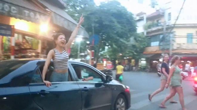 Canh sat truy tai xe cho chan dai gao ru quanh ho Guom hinh anh