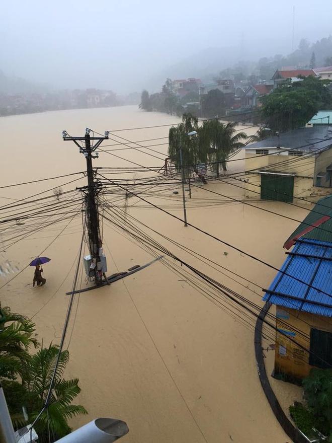 Quang Ninh ngap nang, CSGT dam mua day xe hinh anh 3
