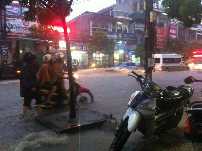 Quang Ninh ngap nang, CSGT dam mua day xe hinh anh 4