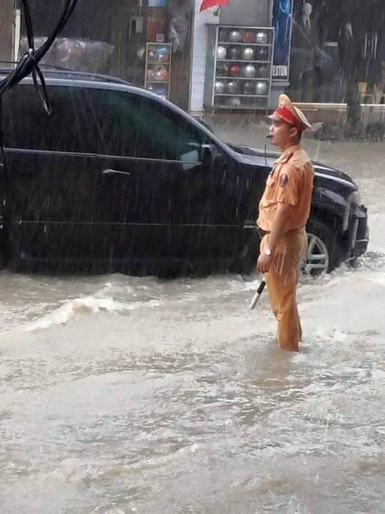 Quang Ninh ngap nang, CSGT dam mua day xe hinh anh 5