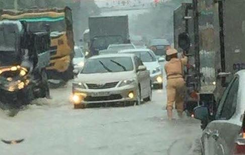 Quang Ninh ngap nang, CSGT dam mua day xe hinh anh