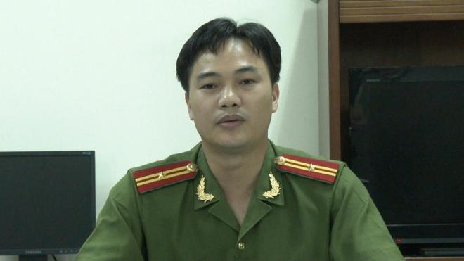 Nguoi danh giay doi 900.000 cua du khach bi trieu tap hinh anh 2 Thiếu tá Công trả lời phỏng vấn Zing.vn về hiện tượng đánh giày chặt chém du khách ở phố cổ Hà Nội.