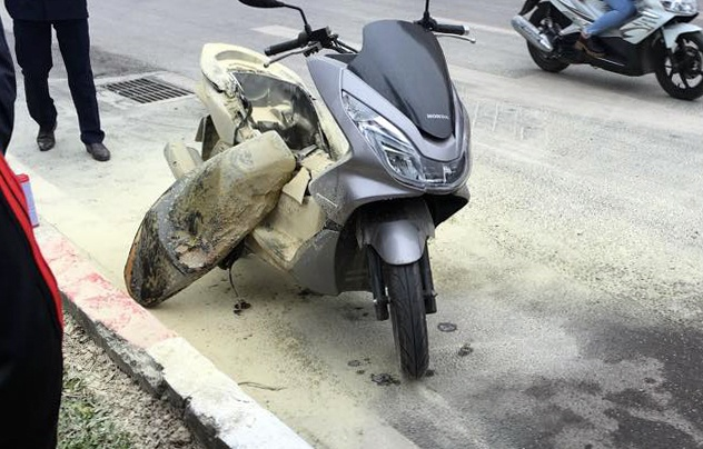 Honda PCX no binh xang giua duong hinh anh 1