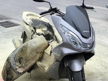Honda PCX no binh xang giua duong hinh anh