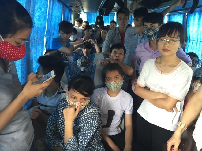 Nhoi nhet 93 hanh khach tren xe 29 cho ngoi hinh anh