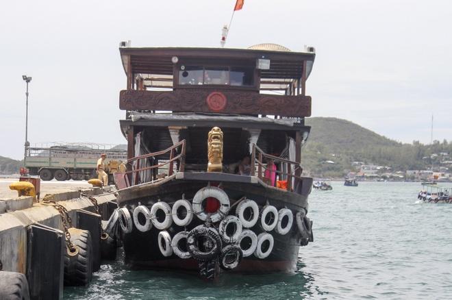 Chim tau tren vinh Nha Trang, 10 khach thoat nan hinh anh