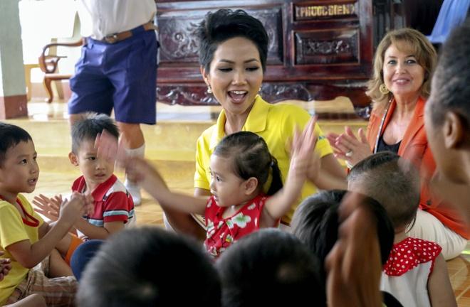 Tan Hoa hau Hoan vu VN sau dang quang: Tu hao la nguoi dan toc E De hinh anh 1