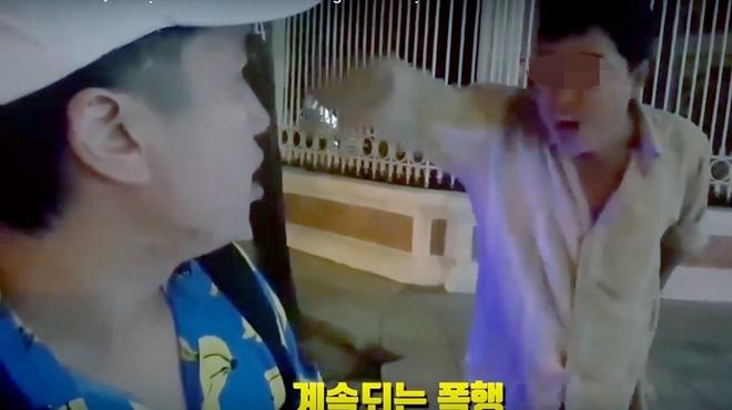 Du khach Han to bi 'chat chem' khi di xich lo o Nha Trang hinh anh