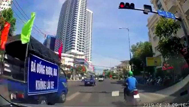 Doan xe tuyen truyen an toan giao thong vuot den do o Nha Trang hinh anh 1