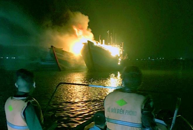 Tàu cá cháy rụi sau khi cúng tất niên