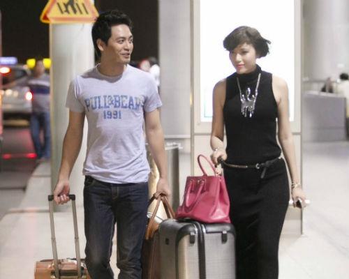MC Phan Anh sanh doi cung Trang La o san bay hinh anh