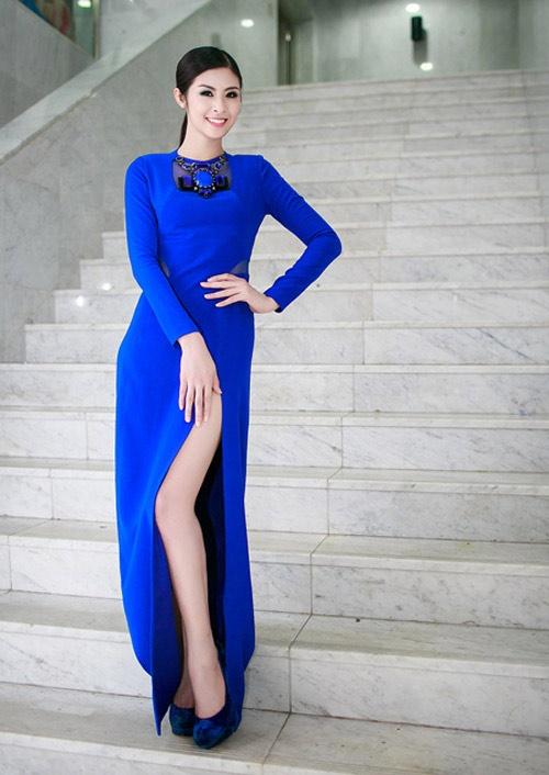 5 thoi xau thuong gap o con nghien thoi trang hinh anh 2 Hoa hậu Ngọc Hân gượng gạo tạo dáng vì phần váy xẻ quá đà.