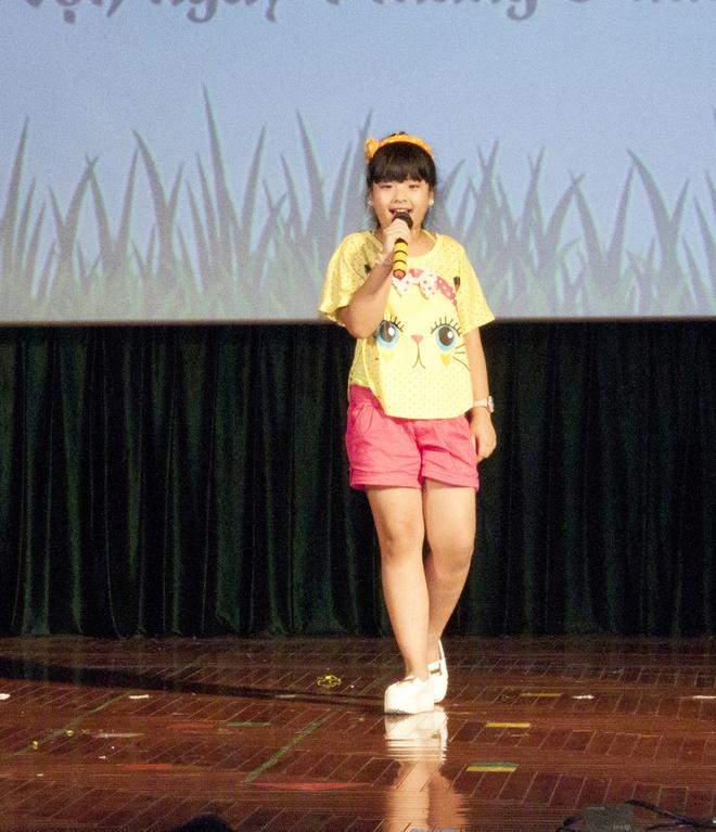 Con gai Chieu Xuan nhan hoc bong ngay 1/6 hinh anh 1