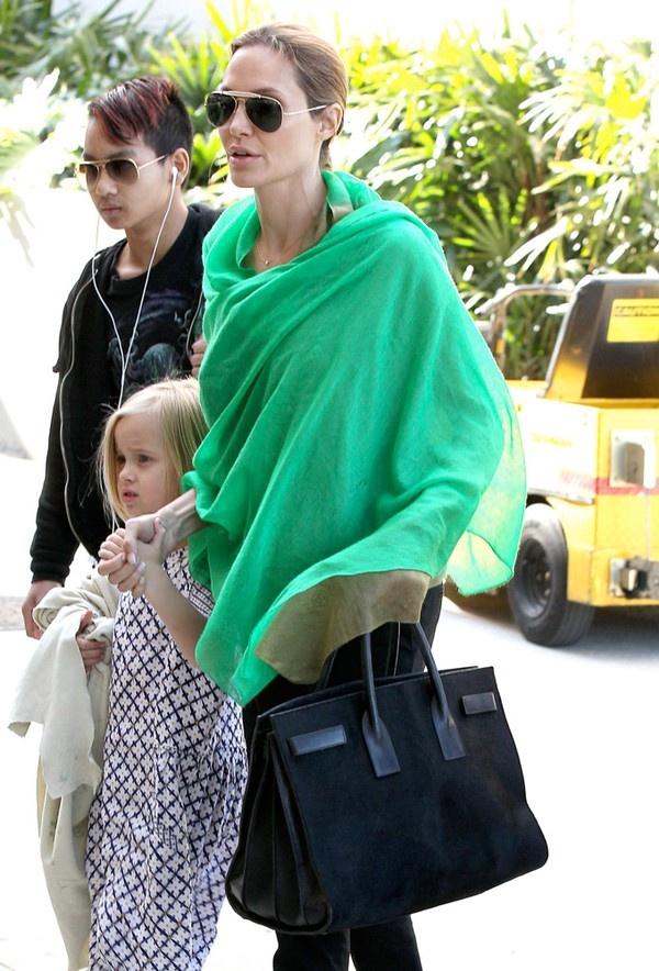Bà mẹ nổi tiếng này không ngần ngại mạnh tay đầu tư cho những chiếc túi đẳng cấp của Saint Laurent, và tất nhiên giá của chúng thì không dưới 4 con số. Có lẽ điều làm Angelina Jolie yêu thích các mẫu túi Saint Laurent là thiết kế khá đơn giản, hiện đại và hầu như không có những chi tiết trang trí quá mỹ miều, sặc sỡ. Thay vào đó là gam màu trung tính và đơn sắc như trắng, đen... cùng chi tiết kim loại nhấn nhá ở dây đeo túi, khóa cài...