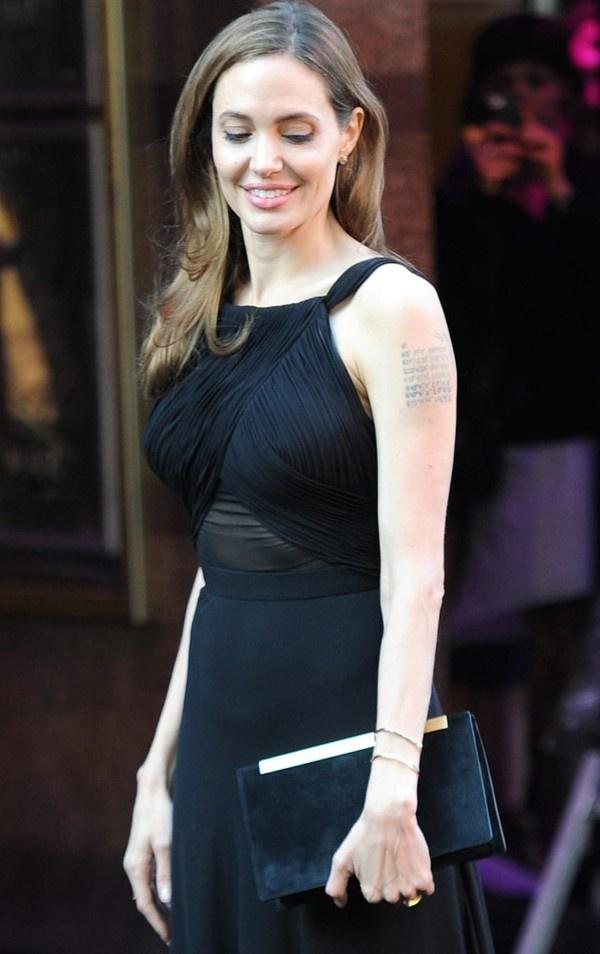 Những chiếc túi đơn giản với tông màu đen sang trọng dường như luôn được nằm trong danh sách yêu thích của cô. Chiếc túi mini mang tên Saint Laurent Betty màu đen rất đơn giản này có giá 1.304$ - tương đương khoảng 27,4 triệu VNĐ.