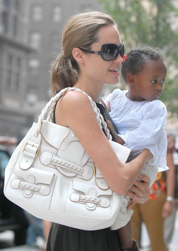 ... hay thanh lịch trong chiếc đầm ghi cùng túi Yves Saint Laurent Cabas Chyc Tote màu trắng.