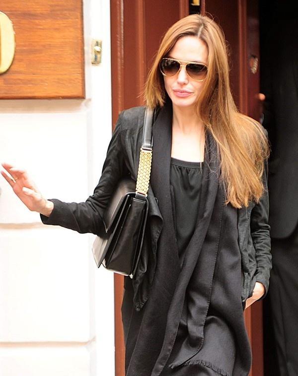 Bên cạnh các mẫu túi của Louis Vuitton hay Saint Laurent, bà mẹ nổi tiếng này tất nhiên còn kết nạp thêm nhiều mẫu thiết kế túi đẳng cấp khác của những thương hiệu thời trang hàng đầu thế giới như Valentino, Jimmy Choo, Chloe... Túi Histoire Bag của Valentino.