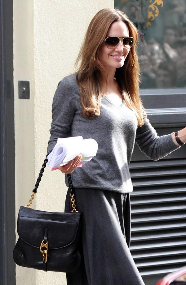 Diện cả cây đen sang trọng với mẫu túi Stella McCartney Grace Shoulder Bag.