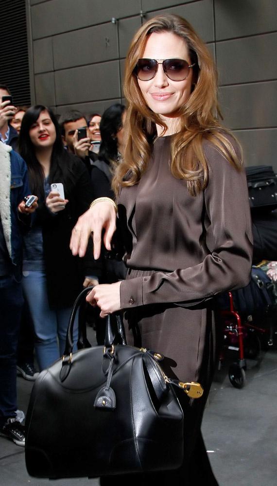 Bộ đồ đơn giản với điểm nhấn là chiếc túi Tom Ford Carine Shoulder Bag màu đen.