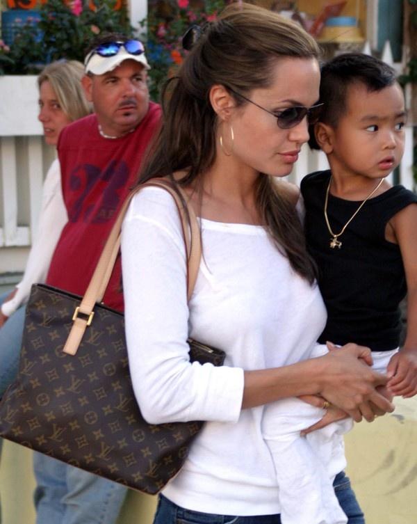 Từng là người mẫu quảng cáo cho thương hiệu Louis Vuitton cho nên việc những chiếc túi này xuất hiện nhiều nhất trong tủ đồ phong cách của Angelina Jolie là điều đương nhiên. Louis Vuitton nổi tiếng và được biết  đến với những chiếc túi họa tiết LV độc quyền, thiết kế sang trọng, cứng cáp mà vẫn toát lên vẻ duyên dáng, lịch lãm. Angelina có hẳn 1 bộ sưu tập các loại túi LV khác nhau, từ những chiếc túi  Bandouliere Bag đến những chiếc túi Tote hay Satchel thanh lịch và cả những chiếc Clutch sang trọng đầy vẻ quý phái... Cô sở những chiếc túi Tote của Louis Vuitton với nhiều kiểu dáng khác nhau, từ Louis Vuitton Cabas Piano Tote..