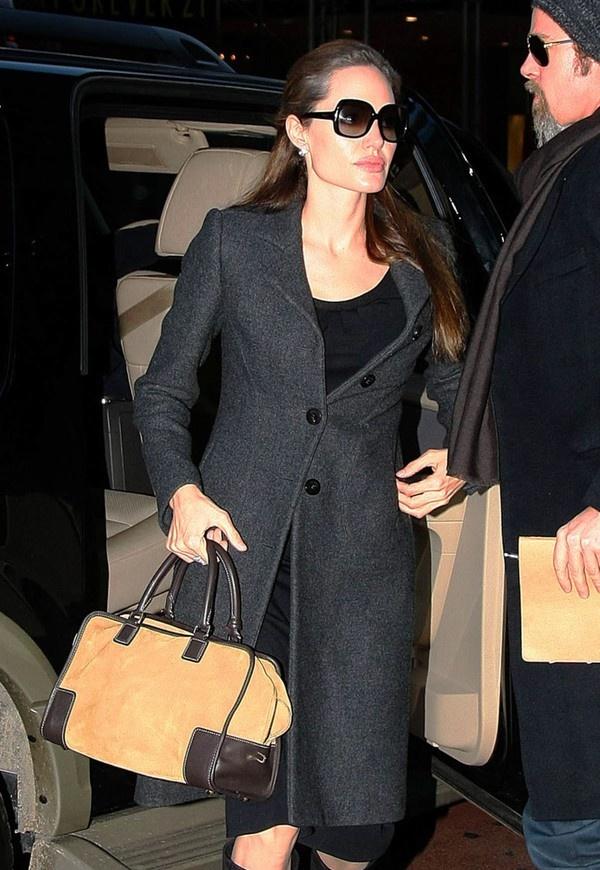 Những chiếc túi tay xách với kiểu dáng và màu sắc đơn giản cũng được cô rất yêu thích và lựa chọn cho mỗi lần xuất hiện tại các sự kiện quan trọng. Chiếc Ralph Lauren Bedford Bag này có giá 2.250$ khoảng 47,3 triệu VNĐ.