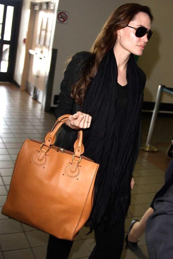 Một mẫu túi xách đeo tay khác của Loewe - Amazona Bag có giá 2.400$ khoảng 50,5 triệu VNĐ.