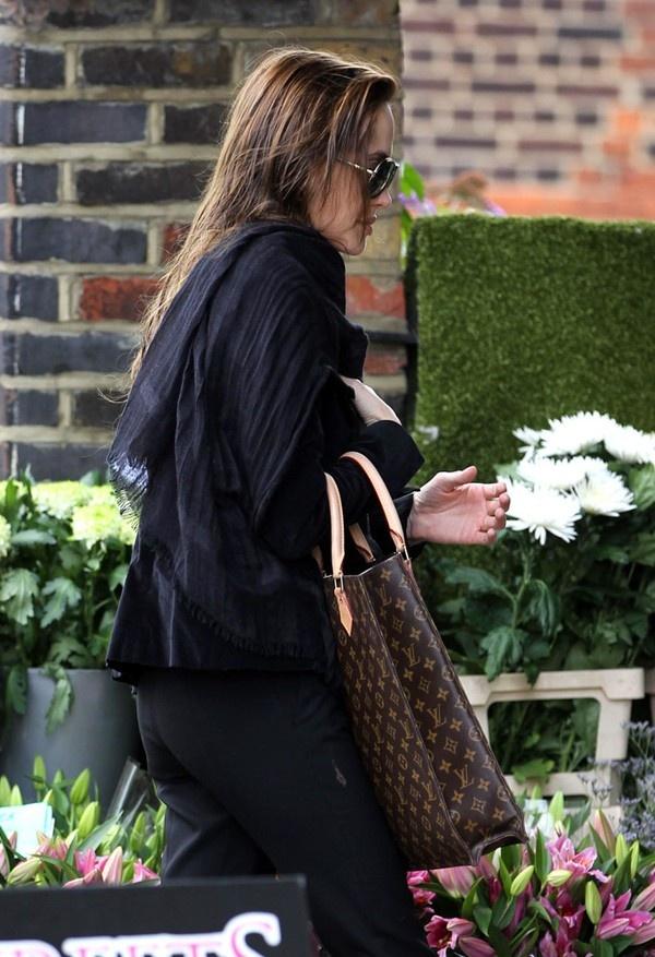 Hay một phiên bản túi tote khác - túi Louis Vuitton Sac Plat Tote có giá 1.350$ - khoảng 29 triệu VNĐ.